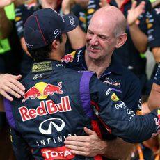 Adrian Newey y Daniel Ricciardo se abrazan