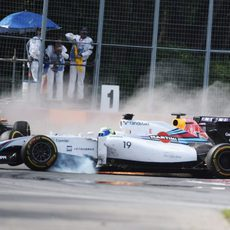 Felipe Massa cruza la pista totalmente descontrolado