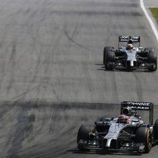 Jenson Button avanza por delante de Kevin Magnussen
