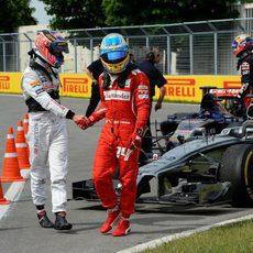 Fernando Alonso y Jenson Button se estrechan la mano