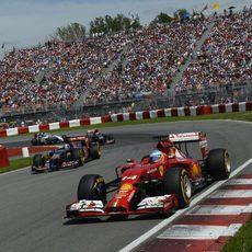 Fernando Alonso sale de una curva en Montreal