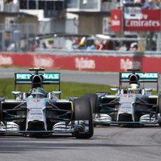 Nico Rosberg y Lewis Hamilton mantienen su lucha