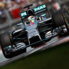 Lewis abandonó en Montreal por los frenos