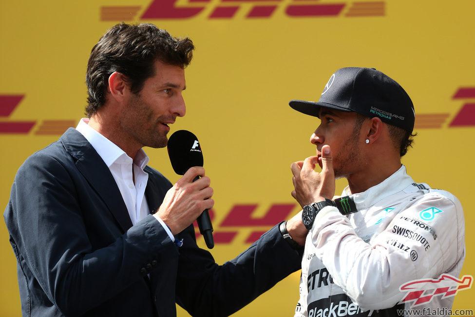Mark Webber pregunta a Lewis Hamilton sobre la carrera