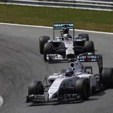 Valtteri Bottas conteniendo a Lewis Hamilton detrás