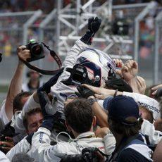 Valtteri Bottas celebrando con el equipo su buen resultado