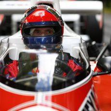 Emerson Fittipaldi no pierde detalle al volante