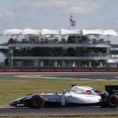 Susie Wolff pilotando en los primeros libres de Silverstone