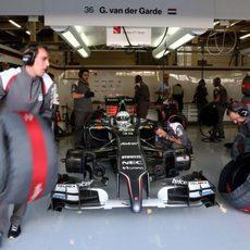 Giedo van der Garde en el garaje