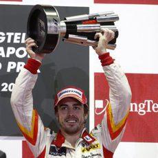 Alonso con el trofeo