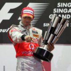 Hamilton con el trofeo