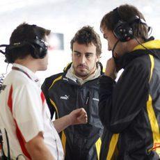 Alonso charla con sus ingenieros