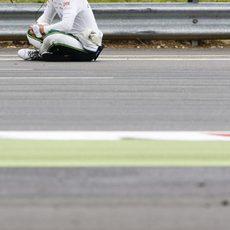 Kamui Kobayashi esperando a que se reanude la carrera