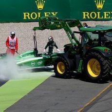 La grúa llega para retirar el coche de Kamui Kobayashi