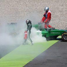 Kamui Kobayashi ayuda a extinguir el humo