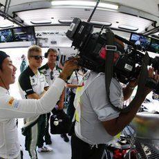 Kamui Kobayashi y Marcus Ericsson bromeando dentro del garaje