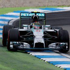 Nico Rosberg lidera sin problemas la carrera