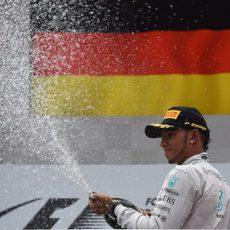 Lewis Hamilton descorcha el champán