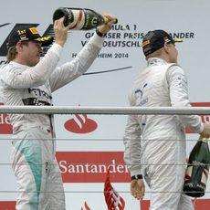 Nico Rosberg, de celebración con Valtteri Bottas