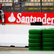 Adrian Sutil saltando el muro tras su abandono