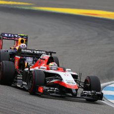 Jules Bianchi a punto de ser adelantado por Ricciardo