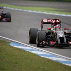 Romain Grosjean perseguido por Daniel Ricciardo