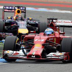 Fernando Alonso mantiene la posición con Vettel