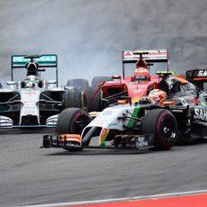 Hamilton y Pérez acorralan a Räikkönen