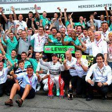 El equipo Mercedes celebra el doble podio
