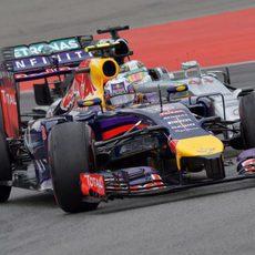 Daniel Ricciardo pelea con Lewis Hamilton