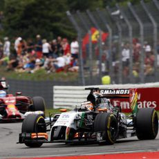 Nico Hülkenberg luchando con Fernando Alonso