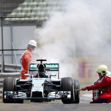 Un incendio en el coche de Lewis Hamilton