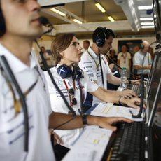Claire Williams observa a sus pilotos