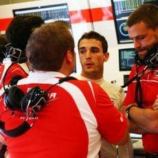 Jules Bianchi se rodea de su equipo