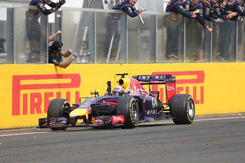 Daniel Ricciardo cruza la meta en primera posición