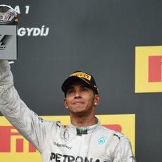 Lewis Hamilton llegó al podio tras salir desde el pitlane