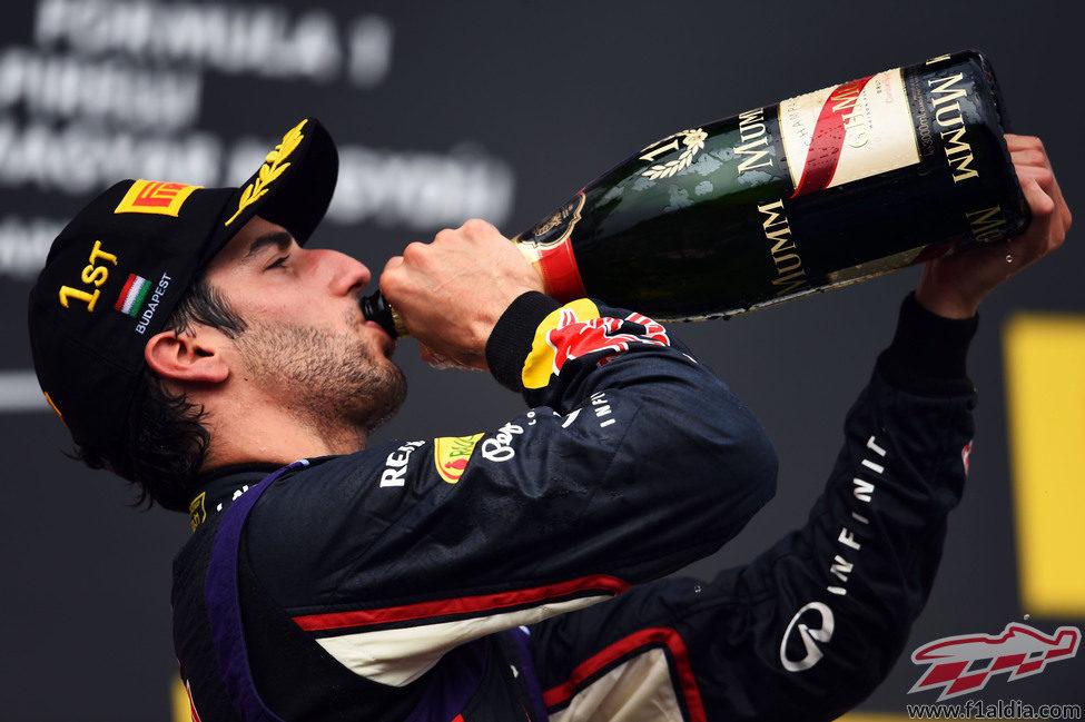 Daniel Ricciardo bebe el champán del ganador