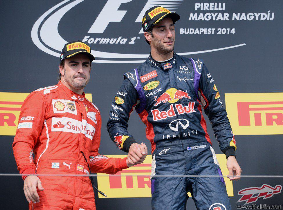 Fernando Alonso y Daniel Ricciardo se dan la mano en el podio
