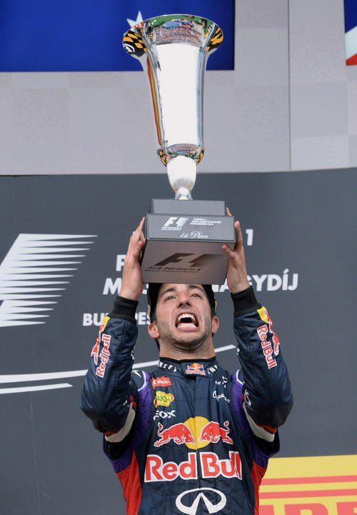 Daniel Ricciardo alza el trofeo exultante