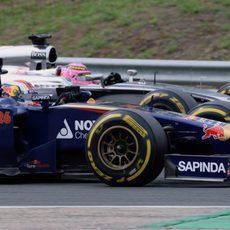 Jenson Button y Daniil Kvyat, en paralelo