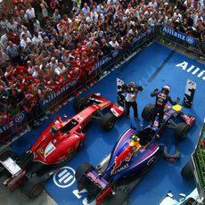 Daniel Ricciardo celebra la victoria subido en el RB10
