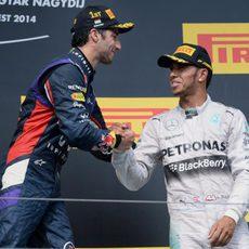 Daniel Ricciardo le estrecha la mano a Lewis Hamilton