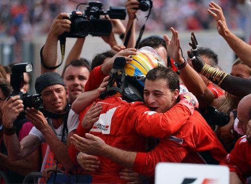 Fernando Alonso se abraza a su equipo