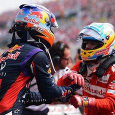 Fernando Alonso y Daniel Ricciardo se felicitan