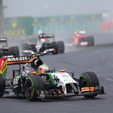 Sergio Pérez con intermedios en las primeras vueltas de la carrera