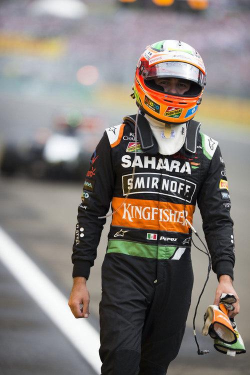 Sergio Pérez regresa a boxes tras su abandono