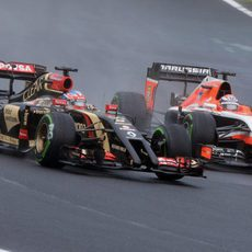 Romain Grosjean adelanta a un Marussia