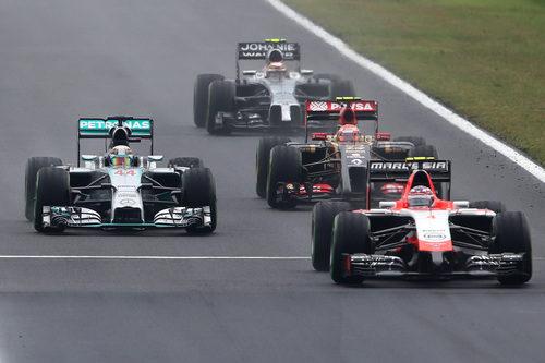 Pastor Maldonado adelantado por Hamilton en la recta