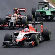 Max Chilton codo con codo con un Lotus