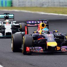 Sebastian Vettel avanza por delante de Lewis Hamilton